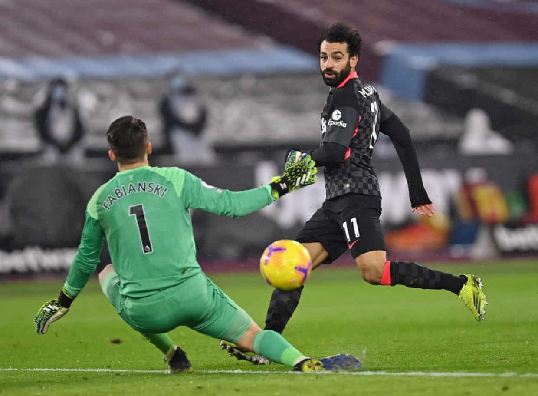 Salah tỉa bóng tinh tế nâng tỷ số lên 2-0 cho Liverpool. Ảnh: Reuters