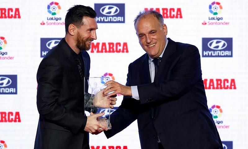 Tebas trao giải thưởng Alfredo Di Stefano của Marca cho Messi tháng 11/2018. Ảnh: Reuters