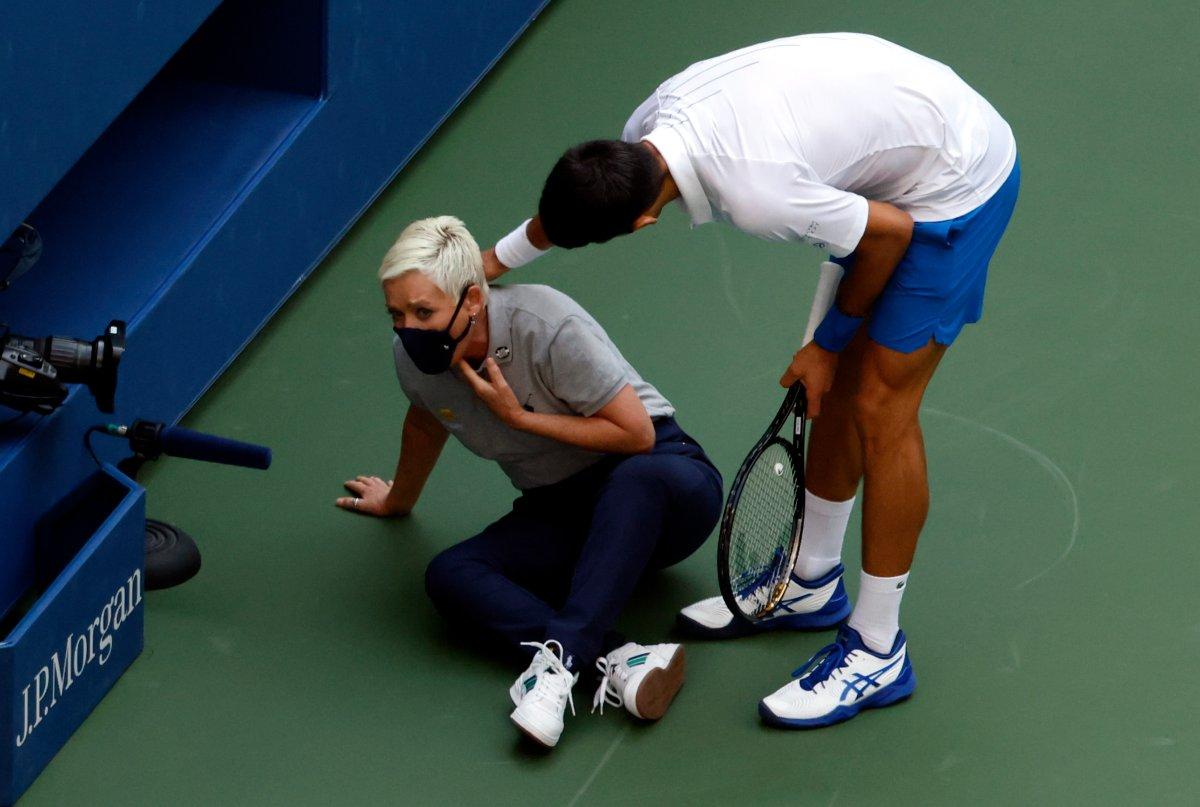 Tai nạn đánh bóng vào trọng tài khiến Djokovic lỡ cơ hội chinh phục Mỹ Mở rộng 2020. Ảnh: USOpen.