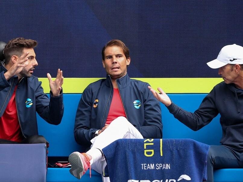 Nadal di tribun, menyaksikan rekan satu timnya bermain.  Foto: AFP.