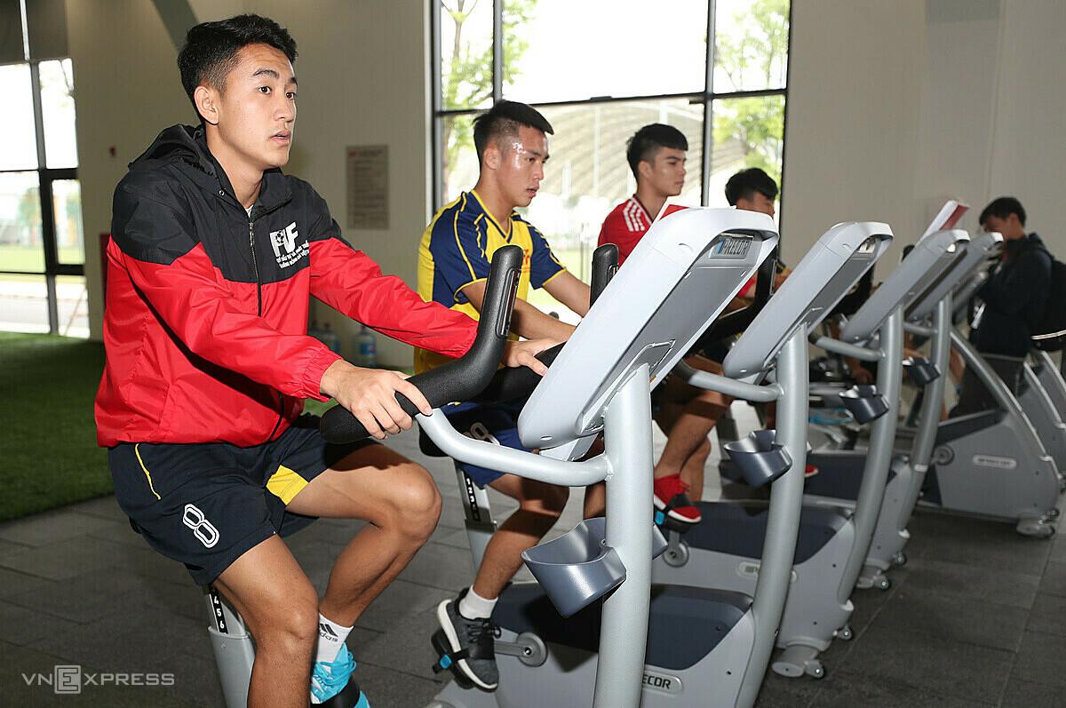Siswa PVF sedang berlatih di ruang serba guna di tengah.  Foto: Duc Dong.