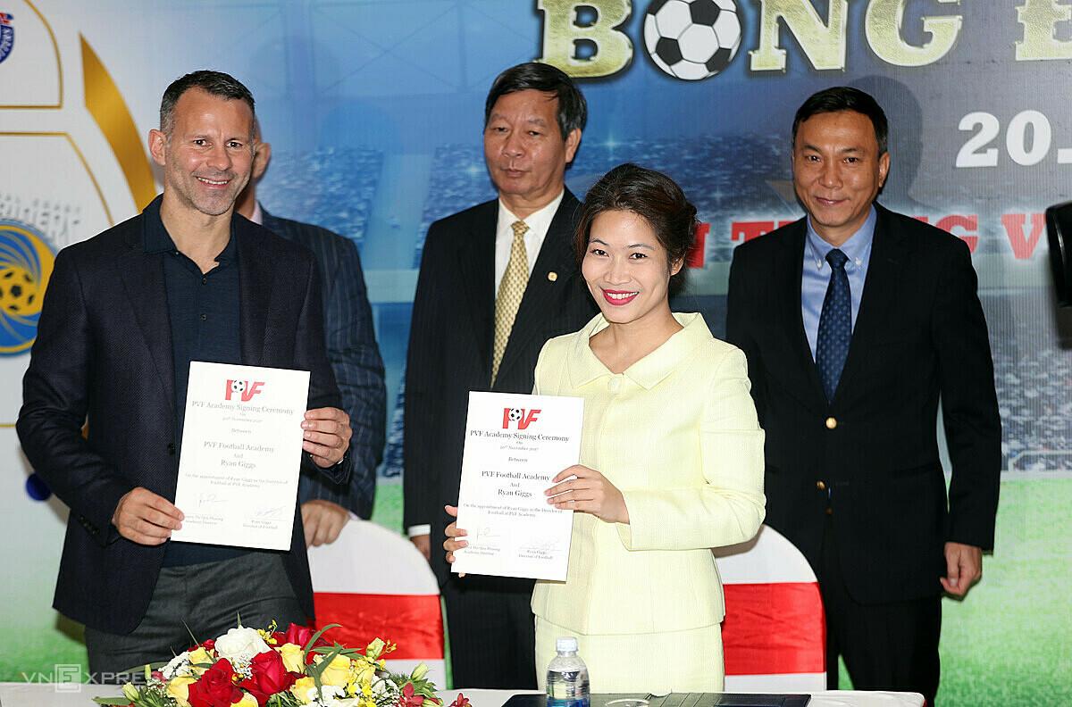 Pemain Ryan Giggs saat upacara penandatanganan kontrak sebagai Direktur Teknik PVF pada 20 November 2017.  Foto: Duc Dong.