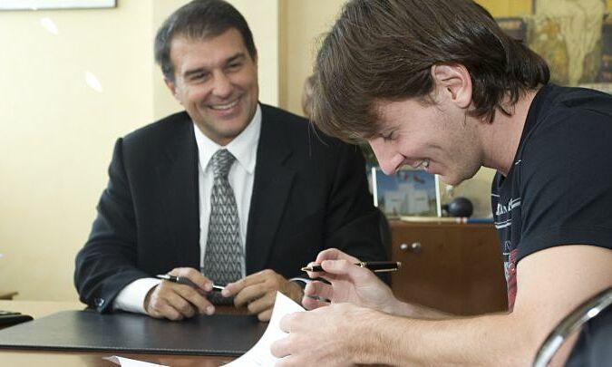 Laporta ในนามของ Barca ได้เซ็นสัญญาขยายระยะเวลากับ Messi ในเดือนกันยายน 2009  ภาพ: อส