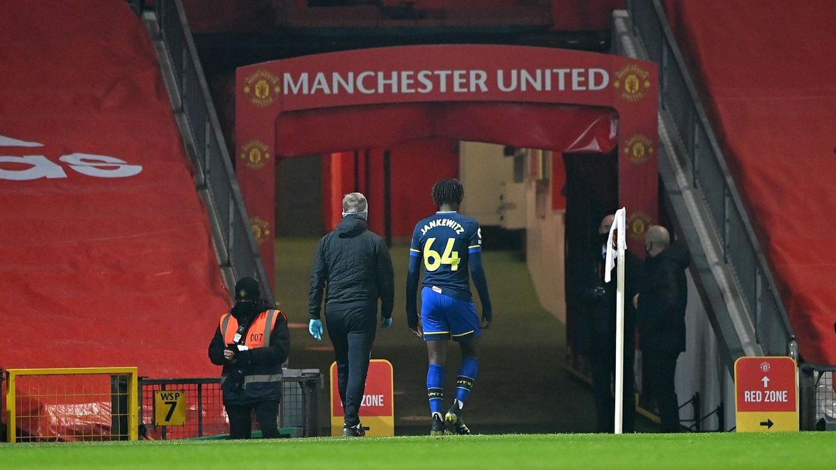 Jankewitz rời sân sau 82 giây đầu tiên, khiến ý đồ phòng ngự phản công của Southampton trước Man Utd phá sản. Ảnh: Sky.
