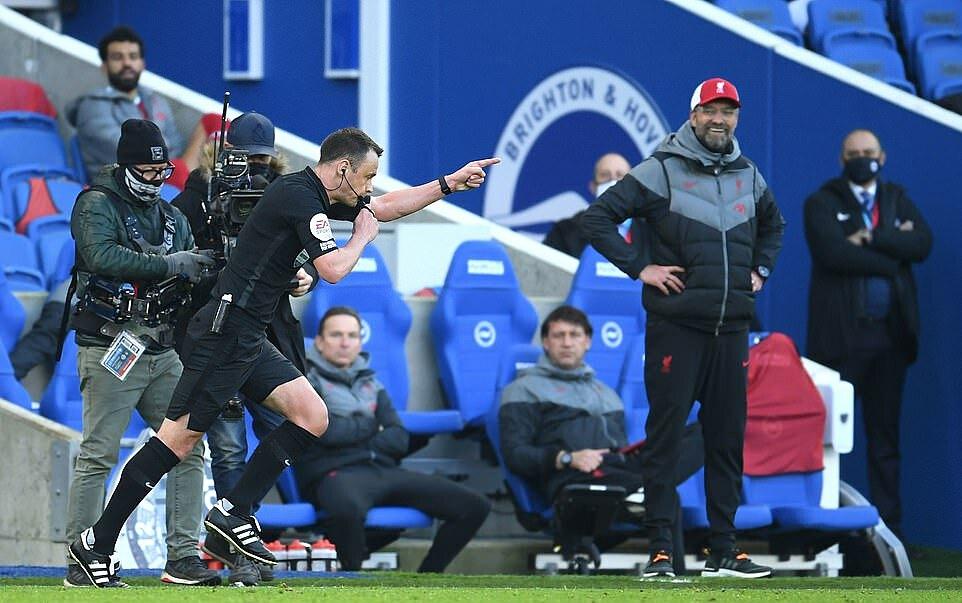 Klopp cười một gượng ngoài đường biên, khi trọng tài trao cho Brighton quả phạt đền cuối trận đấu ở giai đoạn một. Vì quả 11m này, Liverpool rơi chiến thắng. Ảnh: PA.