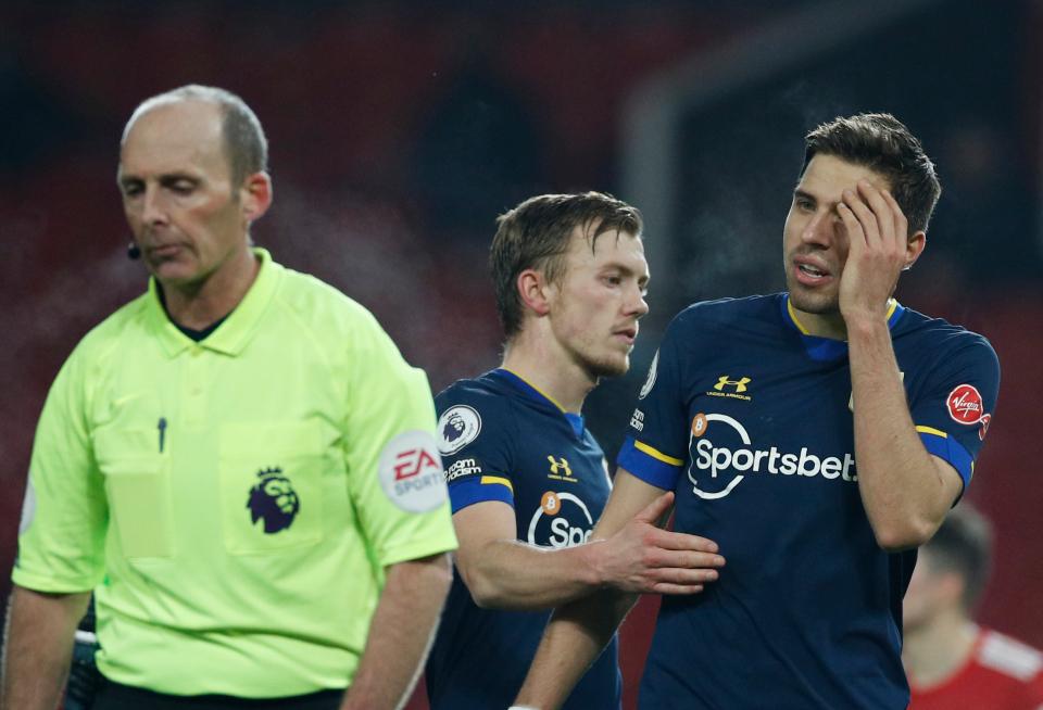 Trung vệ Bedranek tức giận khi bị Mike Dean truất quyền thi đấu ở hiệp hai trận Southampton thua Man Utd 0-9 hôm 2/2. Ảnh: AP