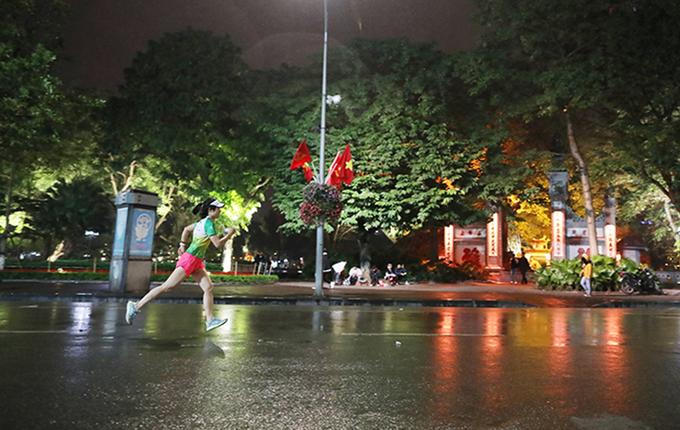 Seorang pelari yang berlari di malam hari di Hanoi.