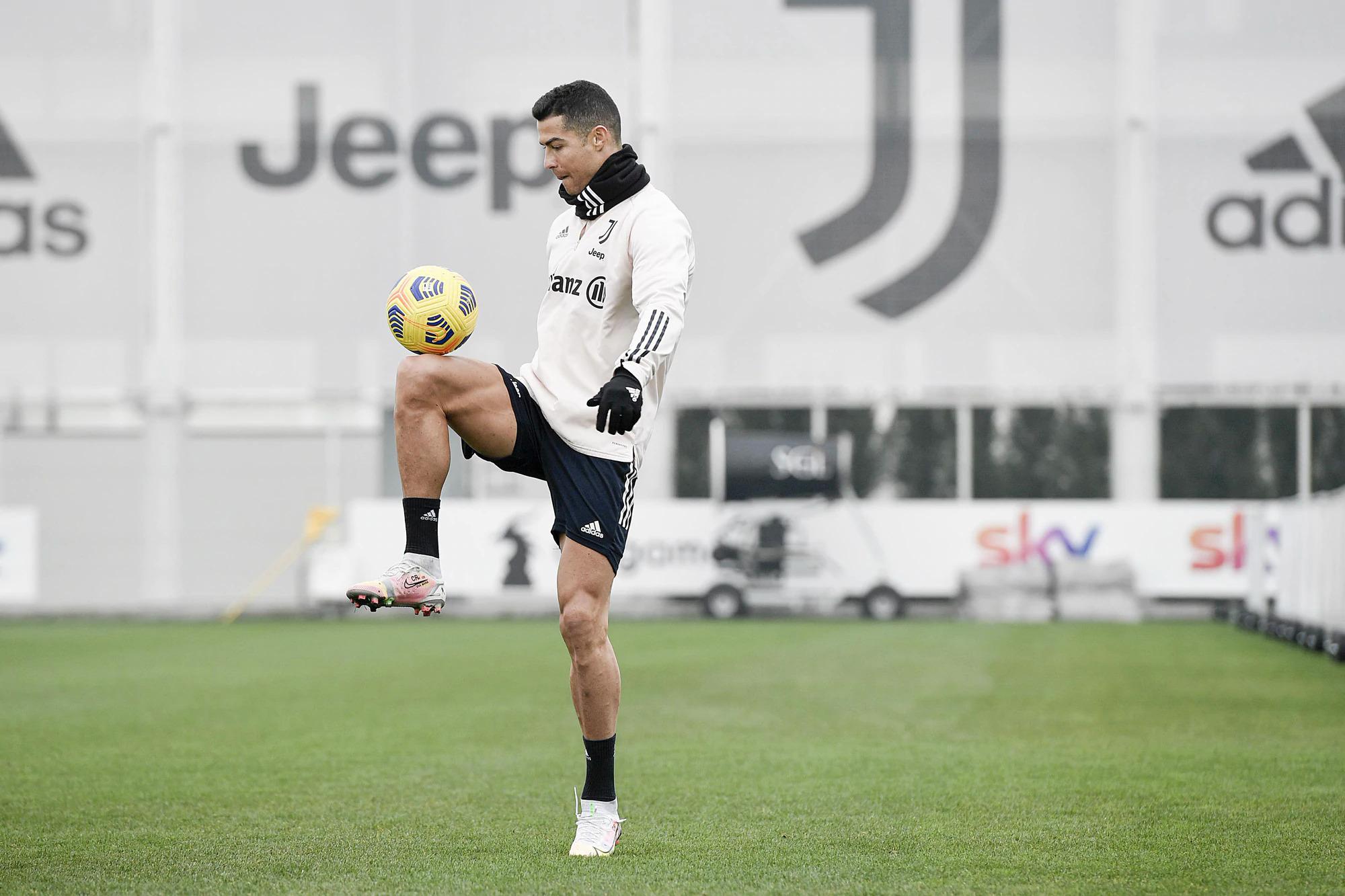 โรนัลโด้ไปที่สนามฝึกซ้อมในช่วงบ่ายวันที่ 5 กุมภาพันธ์เพื่อเข้าร่วมกับยูเวนตุสเพื่อเตรียมพบกับโรม่าในวันที่ 6 กุมภาพันธ์  ภาพ: Juventus FC