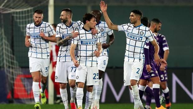 Pemain Inter berbagi kegembiraan dengan Barella (nomor 23).  Foto: Gazzetta