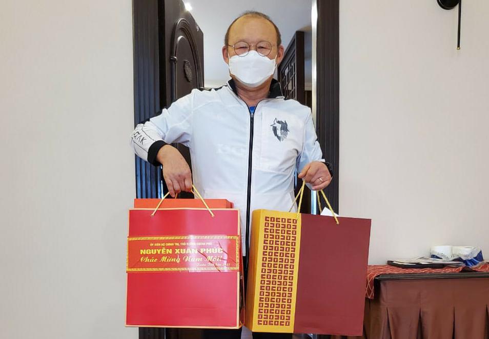โค้ช Park Hang-seo ได้รับของขวัญเพื่อแสดงความยินดีกับ Nguyen Xuan Phuc นายกรัฐมนตรีชายคนใหม่