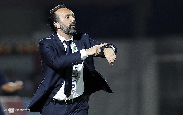 Pelatih Fabio Lopez menganggap sepak bola profesional tidak bisa bersikap seperti De.  Foto: Duc Dong