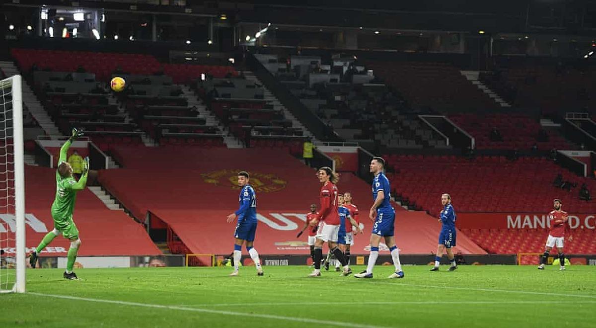 Lintasan bola tidak menyenangkan dari tembakan Fernandes (kanan).  Foto: Reuters