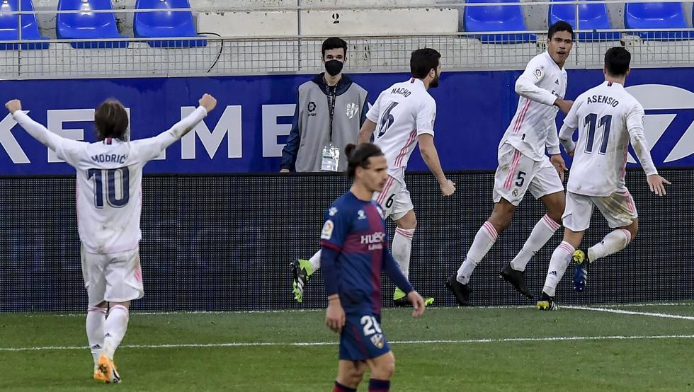 Varane ช่วยทีมในขณะที่กองหน้าทำอะไรไม่ถูกกับผู้รักษาประตู Fernandez  ภาพ: EFE.