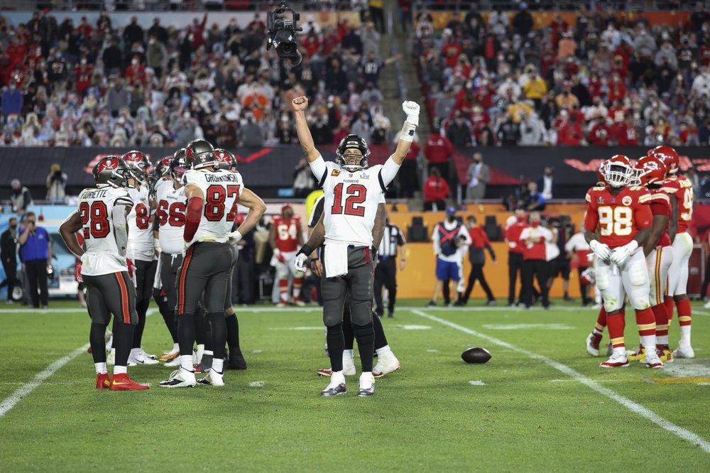 Tom Brady phấn khích sau một pha ghi điểm của đội nhà trong trận Super Bowl hôm 7/2. Ảnh: AP