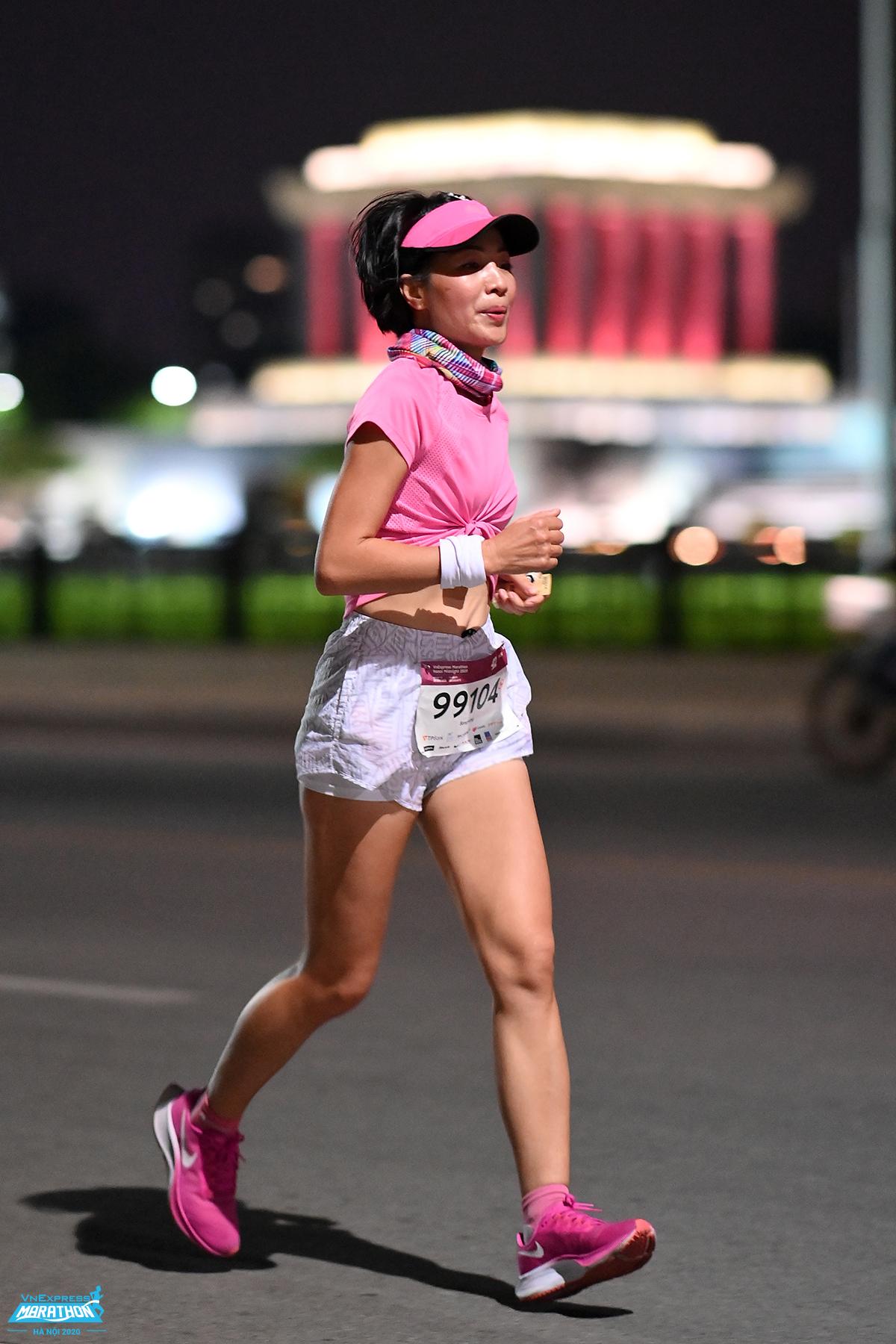 A runner on the road running VnExpress Marathon Hanoi Midnight 2020. Photo: Huu Khoa.