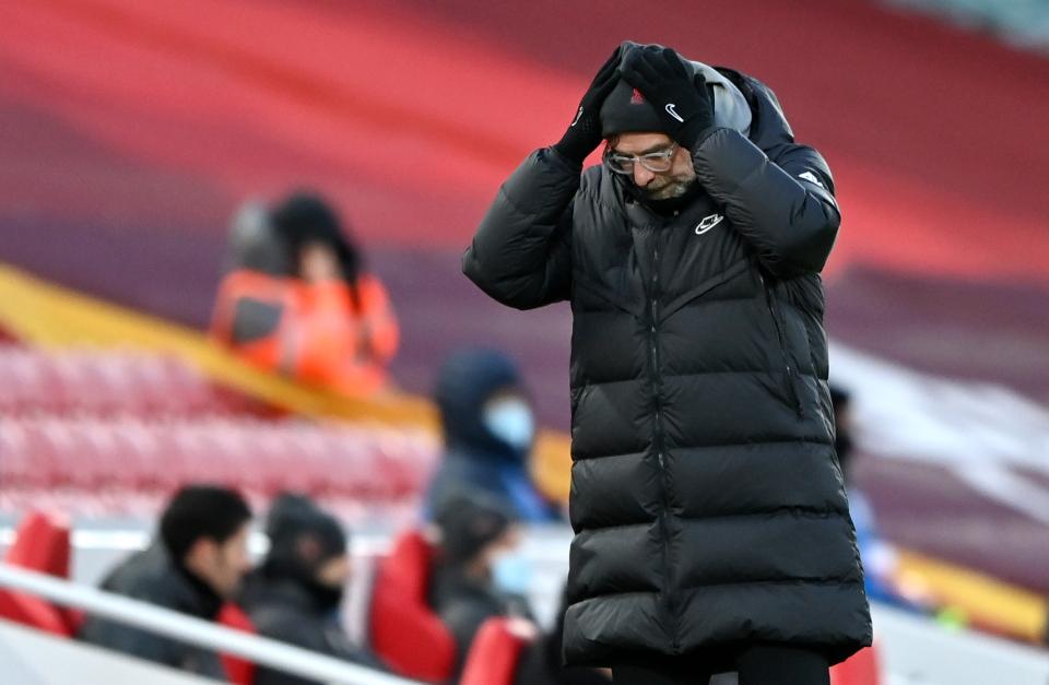 Pelatih Klopp menahan kepalanya tanpa daya saat melihat para siswa dikalahkan oleh Man City.  Ini adalah kekalahan ketiga berturut-turut Liverpool di kandang, membuat mereka 10 poin di belakang Man City, tetapi menendang lebih dari satu pertandingan.  Foto: EPA