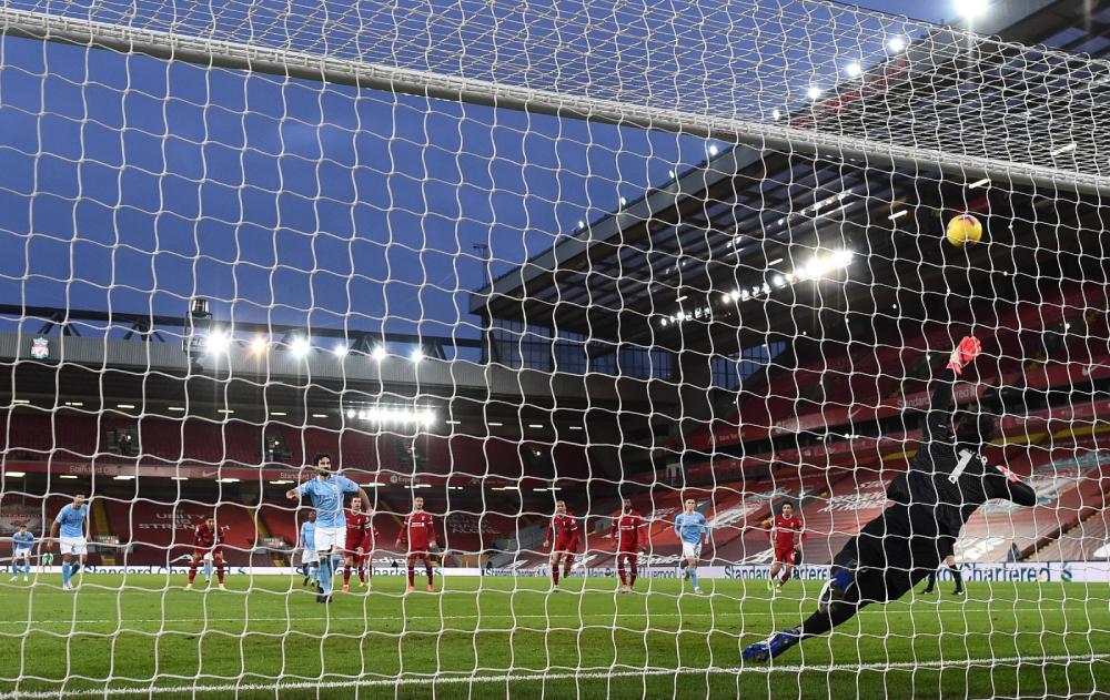 Gundogan đá hỏng penalty trước khung thành Liverpool. Ảnh: AP.
