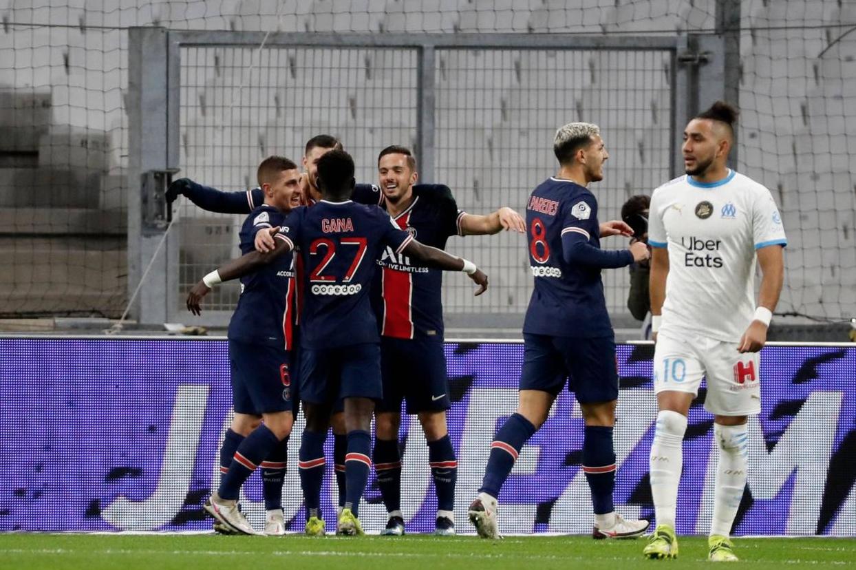 Dmitri Payet ngoảnh mặt bước đi khi PSG mừng bàn nâng tỷ số lên 2-0 của Icardi. Ảnh: Reuters