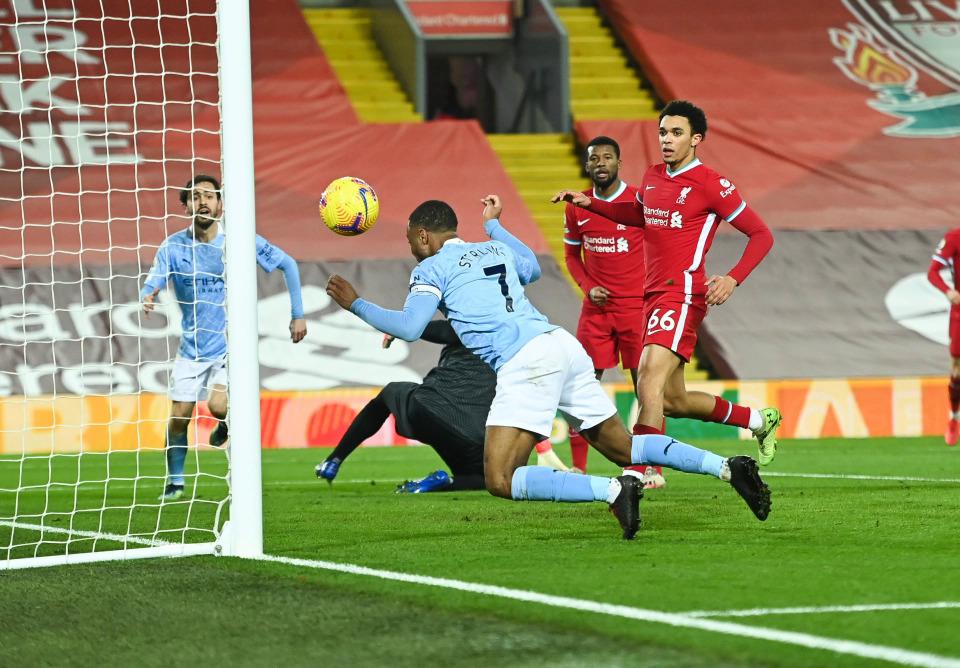 Sterling menuju untuk meningkatkan skor menjadi 3-1 untuk Man City di Anfield pada 7/2.  Foto: Sport Mail