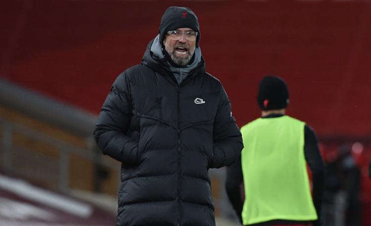 HLV Klopp chỉ đạo các cầu thủ Liverpool trong trận tiếp Man City ở Ngoại hạng Anh tối 7/2. Ảnh: AP.