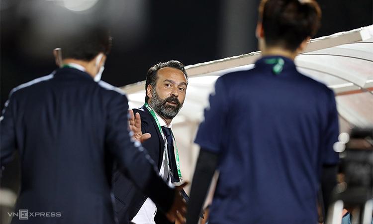 HLV Lopez bị sa thải sau khi chỉ thắng một và thua bốn trong năm trận tại Thanh Hóa, dù hợp đồng có thời hạn hai năm. Ảnh: Đức Đồng.
