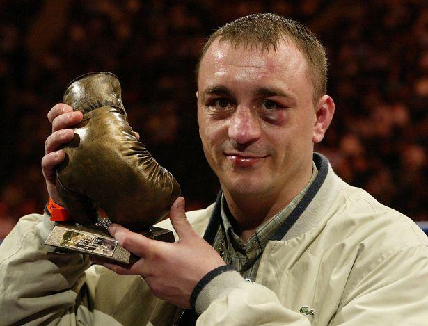 Buckley menerima hadiah terima kasih atas pertandingan profesional ke-200 pada tahun 2003. Foto: PA.