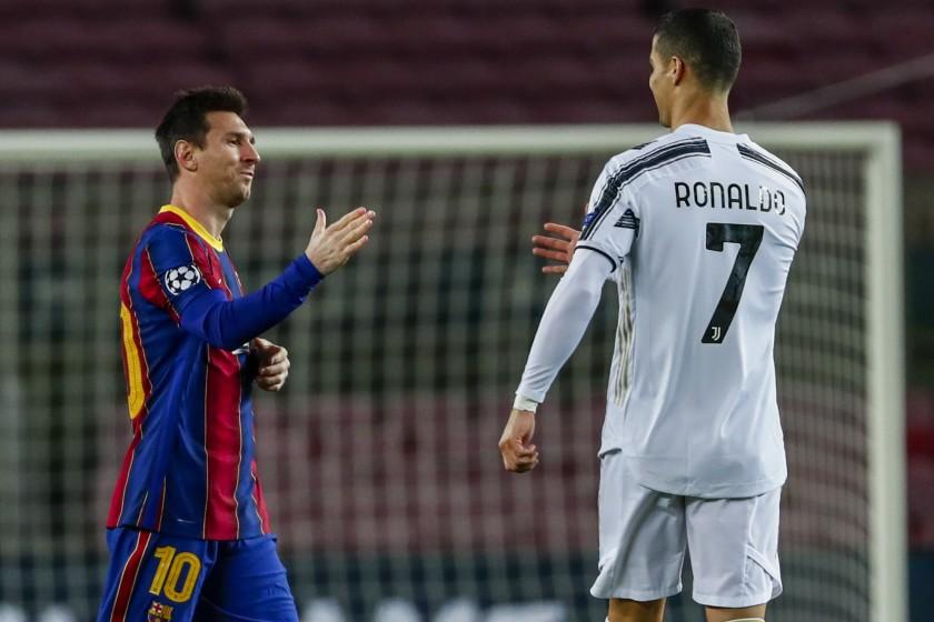 Messi bắt tay Ronaldo trước trận Champions League giữa Barca với Juventus trên sân Camp Nou hôm 8/12/2020. Ảnh: AP
