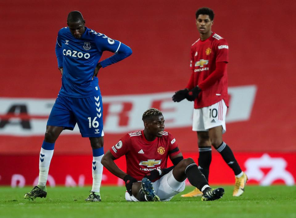 Pogba dính chấn thương và chờ được thay người trong trận hoà Everton 3-3 hôm 6/2. Ảnh: Times