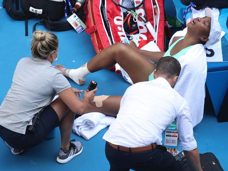 Venus Williams đau đớn với vết băng ở hai chân. Ảnh: AP.