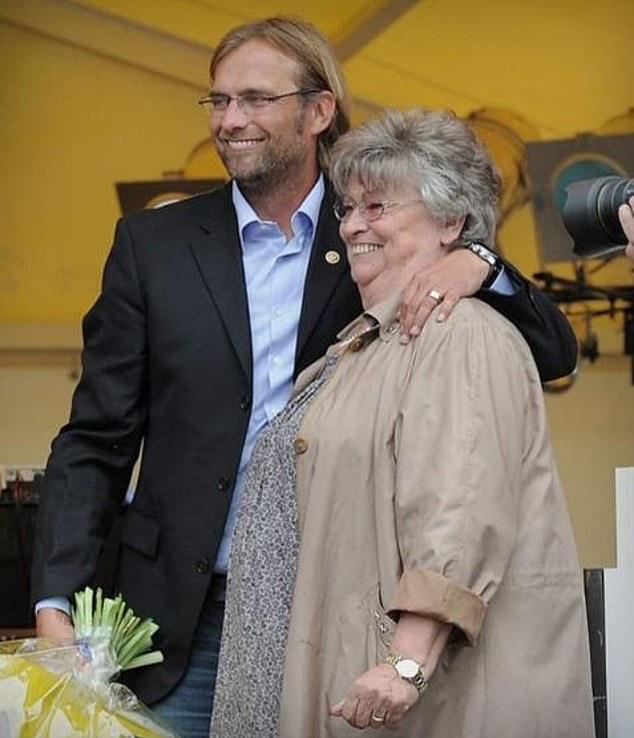Bà Elisabeth chia vui với Jurgen Klopp sau một trận đấu của ông với Dortmund năm 2011. Ảnh: Sports Mail