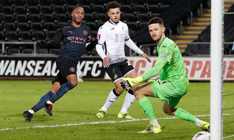 Sterling đã ghi 12 bàn trên mọi đấu trường cho Man City mùa này. Ảnh: Reuters.