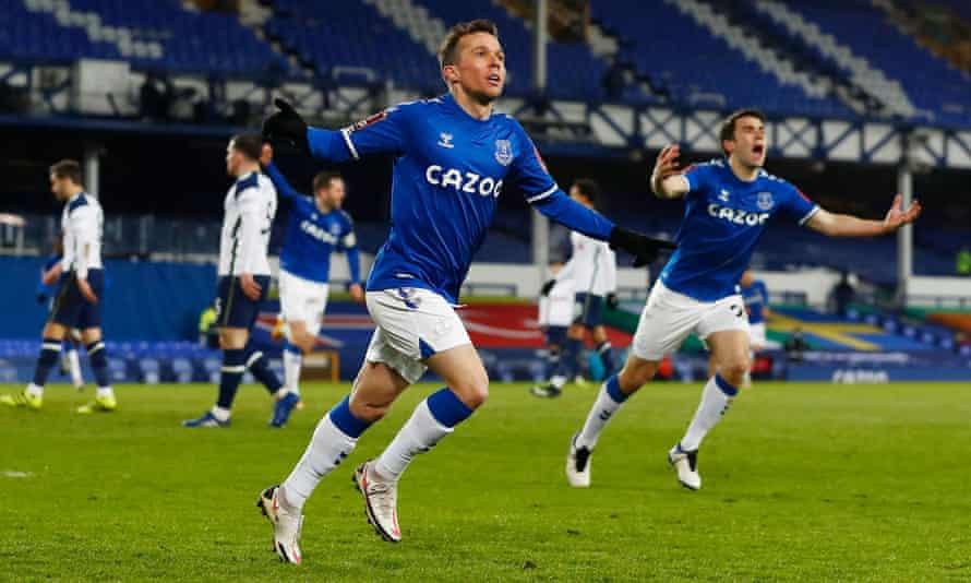 Bernard mừng bàn thắng thứ tám cho Everton, sau 78 trận đấu. Ảnh: Reuters