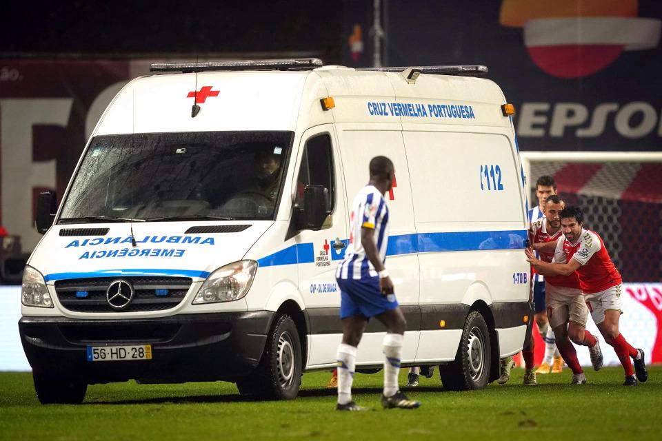Pemain dari kedua tim tersebut mendorong ambulans ke lapangan untuk membawa Carmo ke keadaan darurat.  Foto: EPA