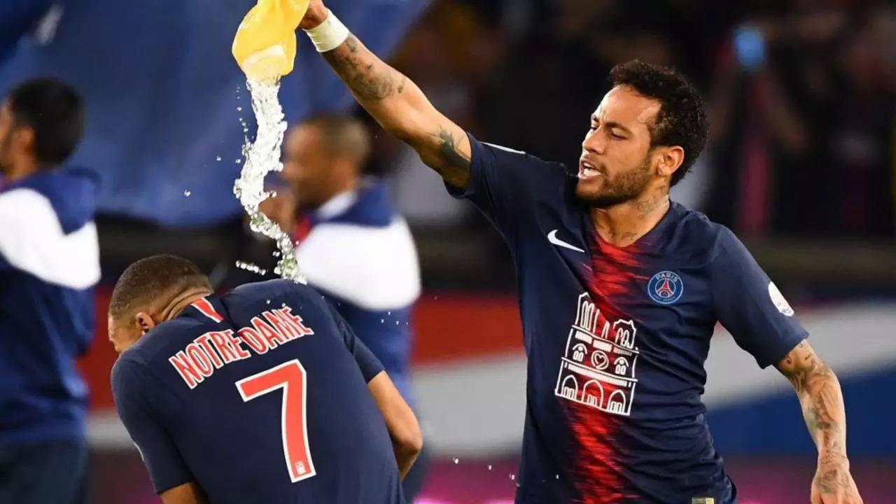 Perbedaan kepribadian tak menghalangi Mbappe dan Neymar untuk menjadi saudara dekat di PSG.  Dalam foto tersebut adalah momen saat Neymar menyiramkan air kepada para juniornya saat merayakan kemenangan PSG atas Monaco di Ligue 1 pada 21 April 2019.  Foto: AFP