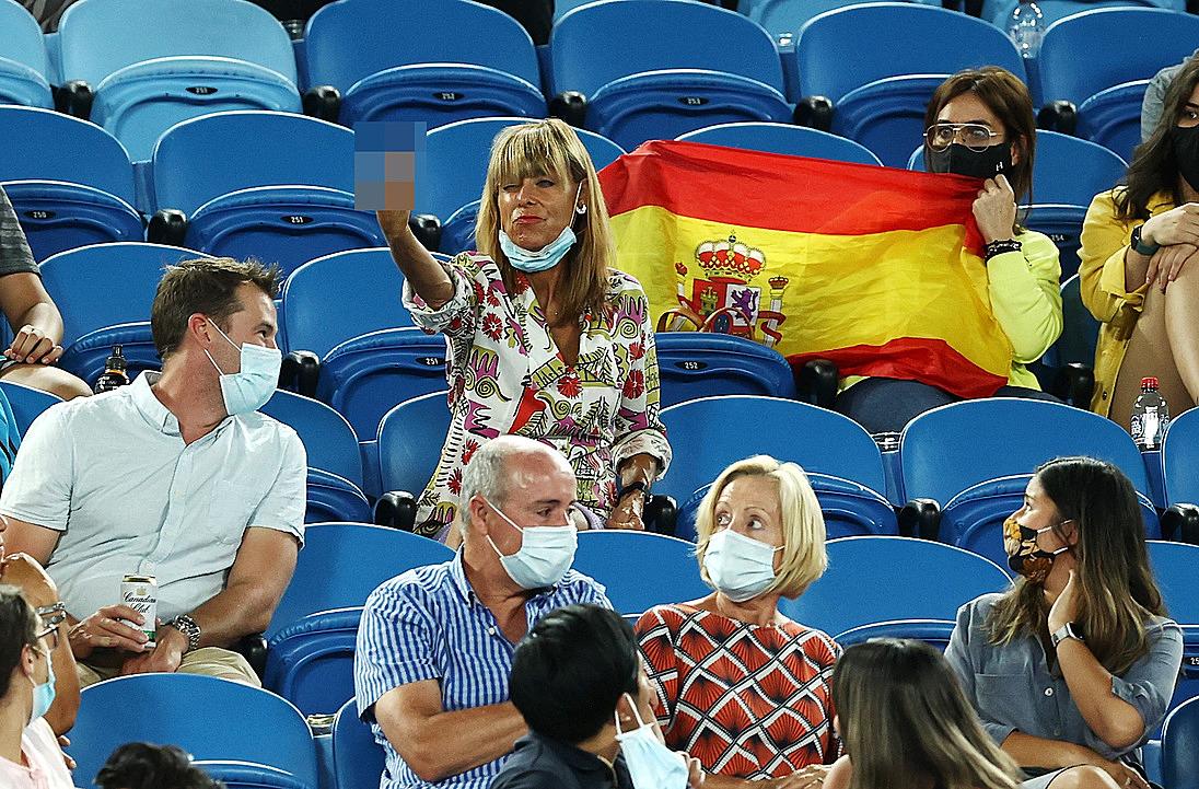 Hình ảnh không đẹp của CĐV nữ với Nadal. Ảnh: AP.