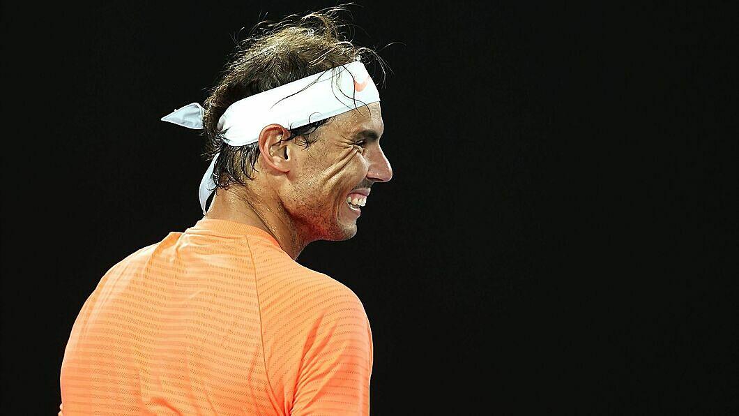 Phản ứng bình tĩnh của Nadal trước sự cố. Ảnh: AP.