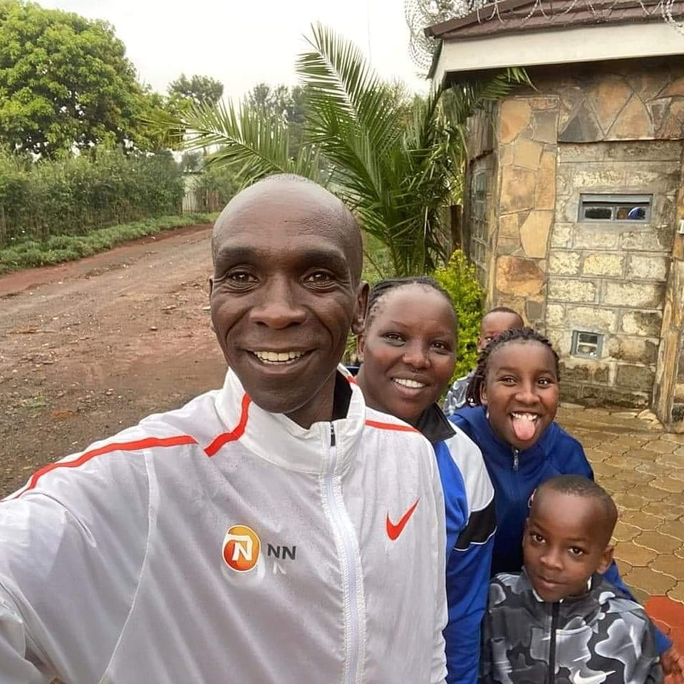 After the defeat at the London Marathon on October 4, 2020, Kipchoge returned to the Rift Valley, Kenya to rest with his family.  In the photo is the moment he took pictures with his wife and children in his hometown on November 1.  Photo: Facebook / Eliud Kipchoge