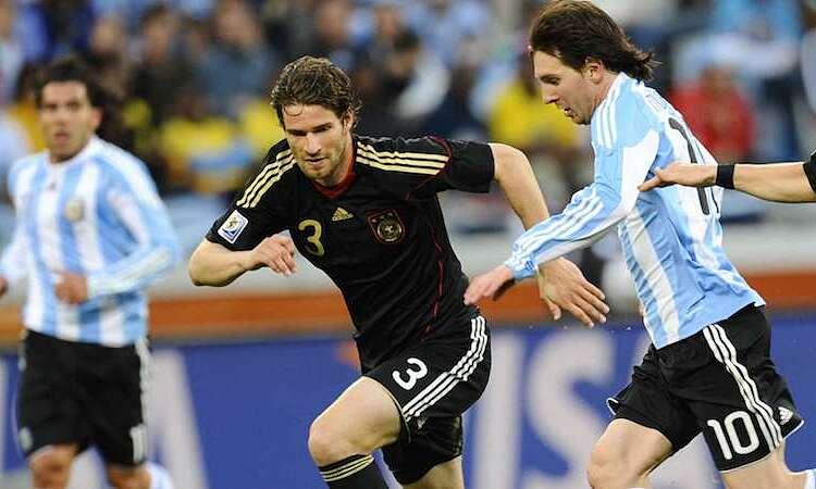 ฟรีดริชเผชิญหน้ากับเมสซีในฟุตบอลโลก 2010 ภาพ: AFP.