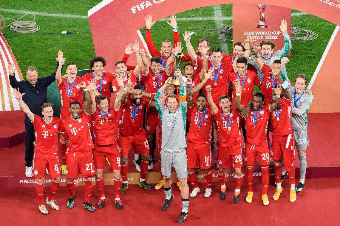 Thủ môn Manuel Neuer nâng Cup thứ sáu cho Bayern. Ảnh: Bundesliga