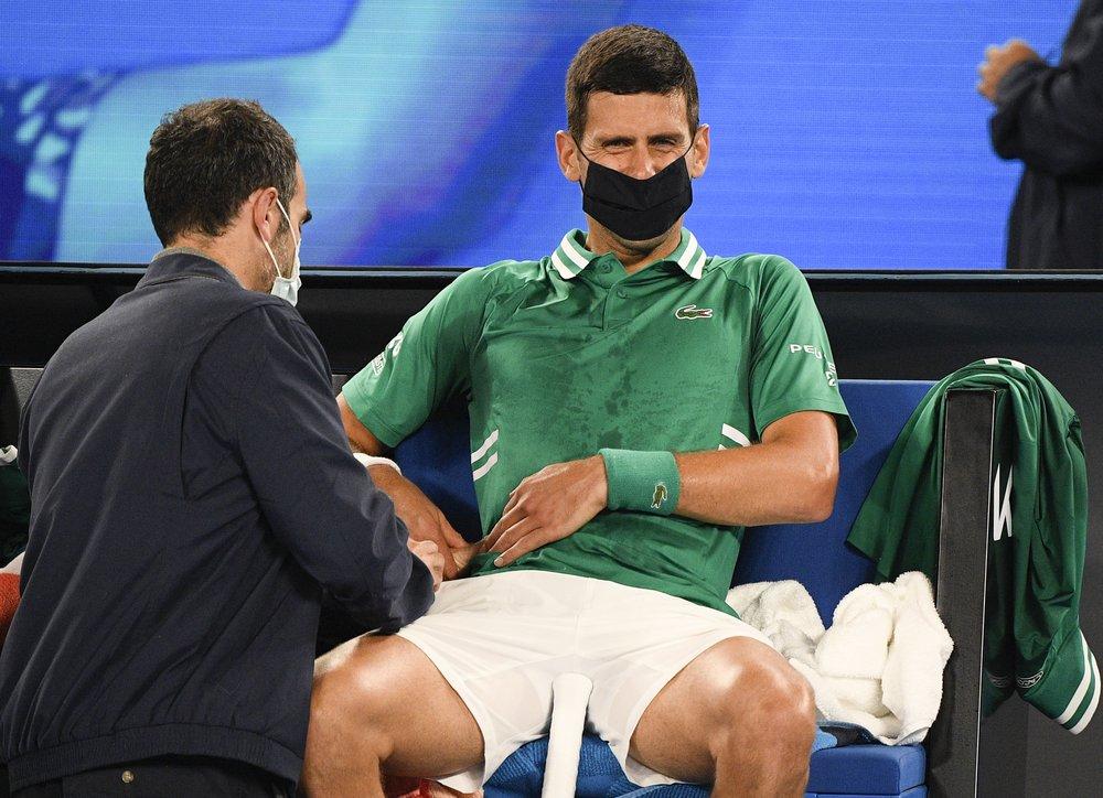 Djokovic bị rách cơ sau nỗ lực cứu bóng. Ảnh: AP.