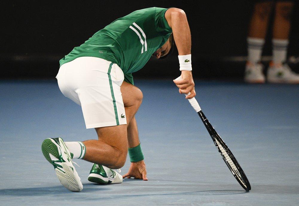 Pha bóng dẫn đến chấn thương của Djokovic. Ảnh: AP.