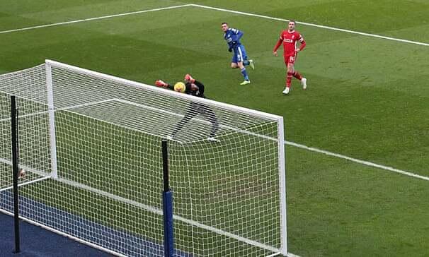 Alisson (kaos hitam) memainkan pertandingan yang tak terlupakan ketika dia membuat kesalahan yang membingungkan yang mengarah ke gol kedua.  Foto: NMC