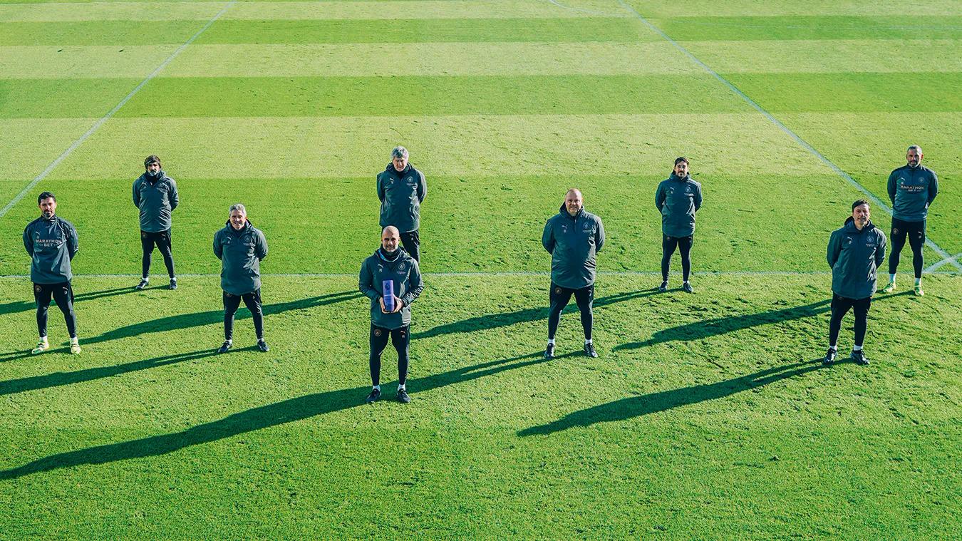 Guardiola chia vui với các thành viên ban huấn luyện Man City trên sân tập khi nhận giải HLV hay nhất tháng 1/2021. Ảnh: Premier League