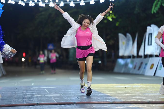 Female athlete finishes at VM Hanoi Midnight 2020. Photo: VnExpress Marathon.
