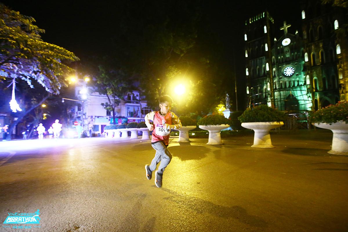 Vận động viên nhí chạy qua Nhà Thờ Lớn trên hành trình chinh phục 5 km. Ảnh: VnExpress Marathon.