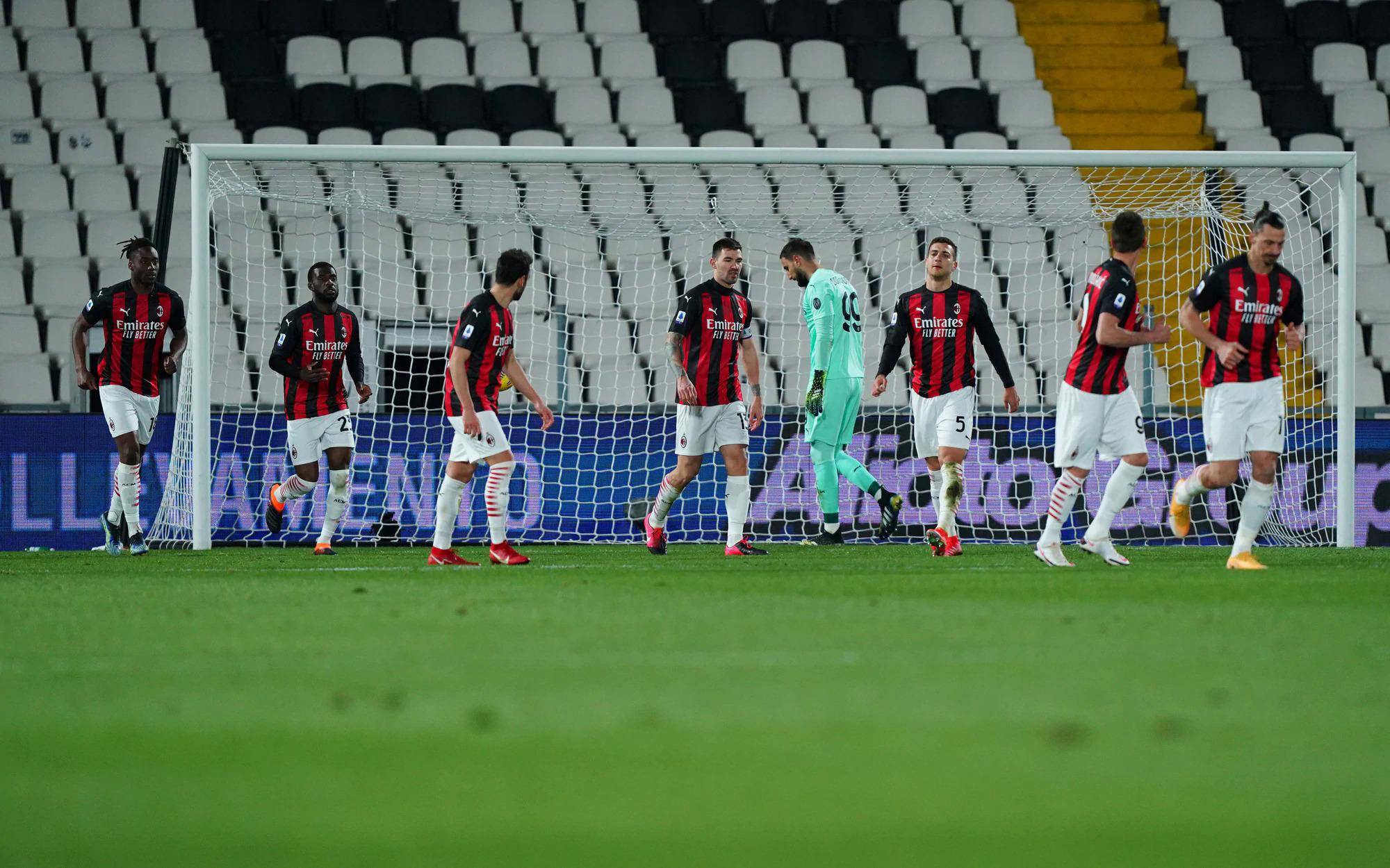 Para pemain Milan merasa bosan setelah gol kedua.  Foto: Lapresse