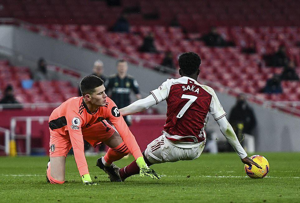Kiper Leeds, Meslier (kiri) melakukan kesalahan, membantu Arsenal menerima penalti.  Foto: NMC Pool.