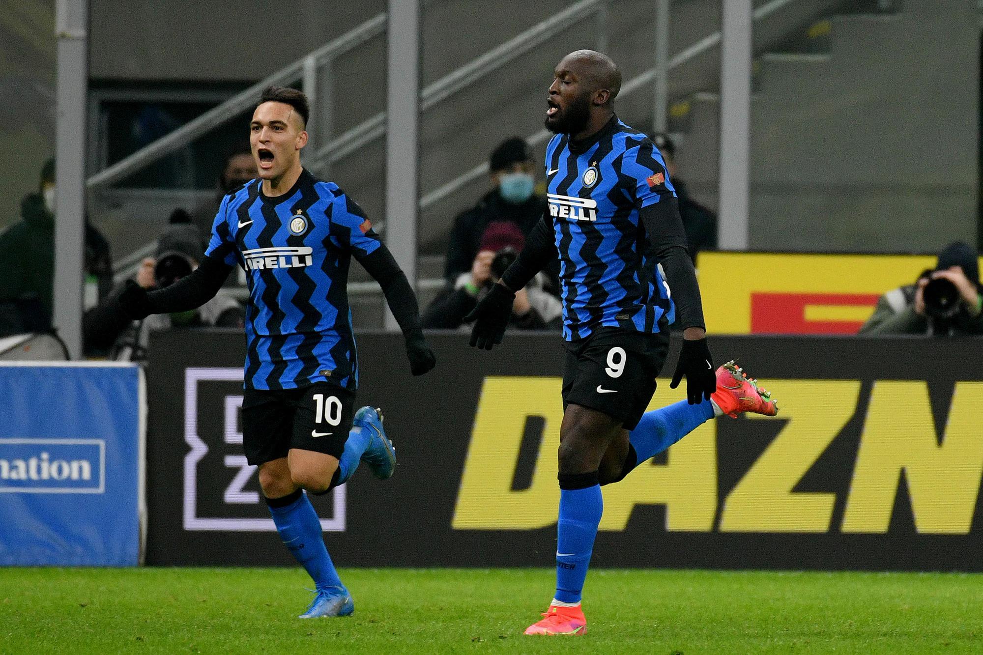 Lukaku chia vui sau khi kiến tạo cho Lautaro ấn định kết quả 3-1 ở phút 64. Ảnh: Fotonotizia
