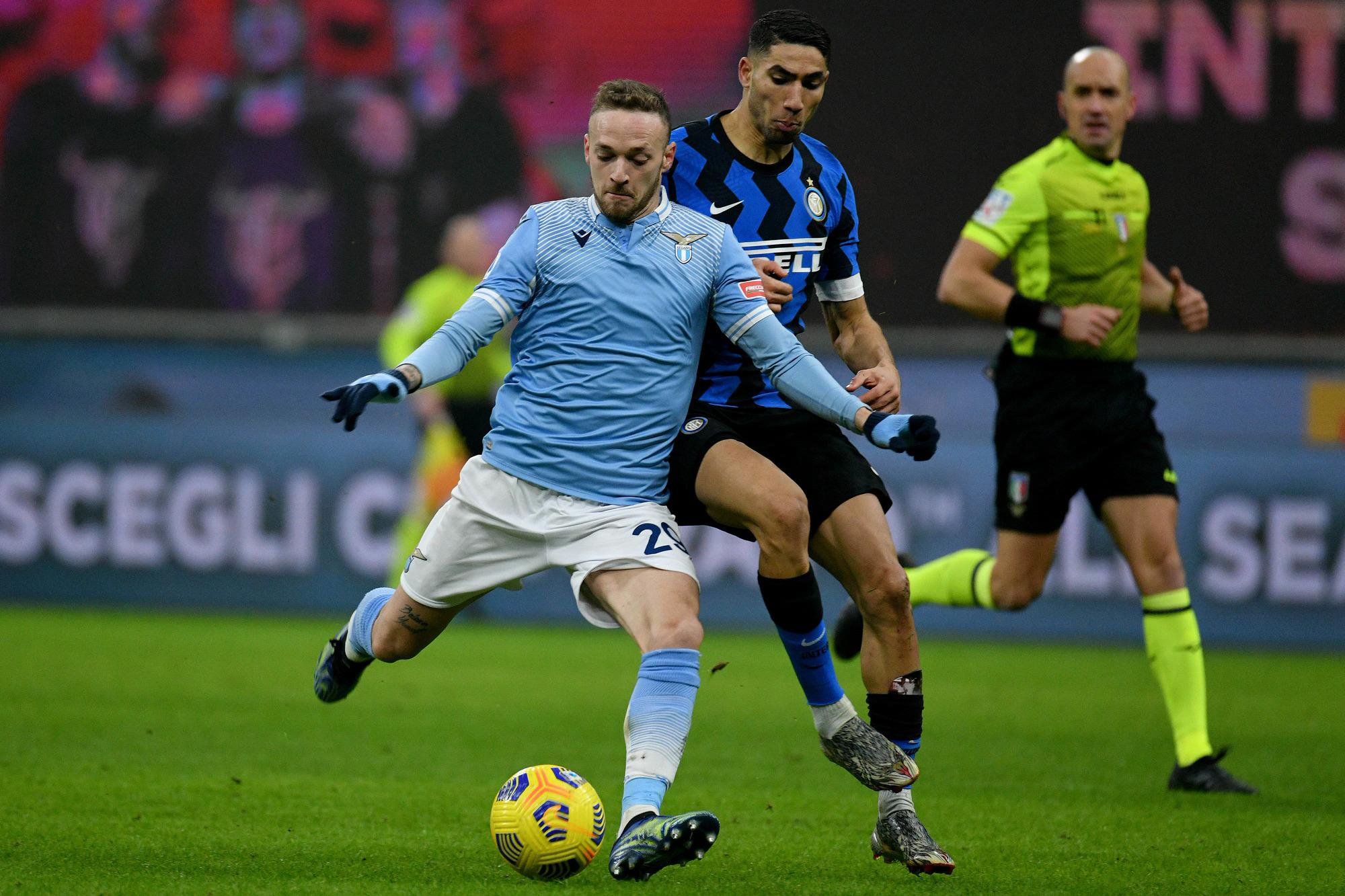 Lazio cầm bóng tới 65% và dứt điểm nhiều hơn - 14 so với 12, nhưng không hiệu quả trước một Inter phòng ngự và tấn công đều sắc sảo. Ảnh: Fotonotizia