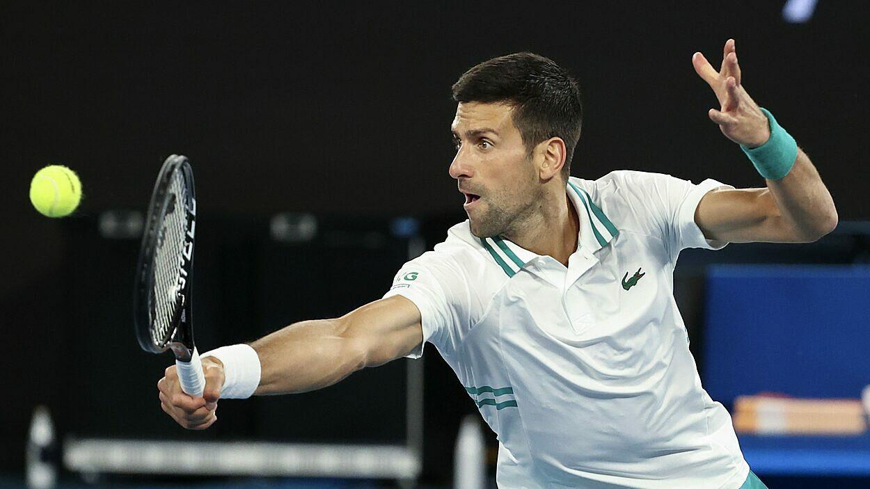 Djokovic thường xuyên bị nghi ngờ giả chấn thương. Ảnh: AP.